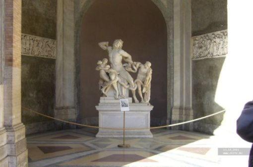 Лаокоон (Лаокоонт), жрец Аполлона, убитый богами, чтобы не раскрыл секрет троянского коня